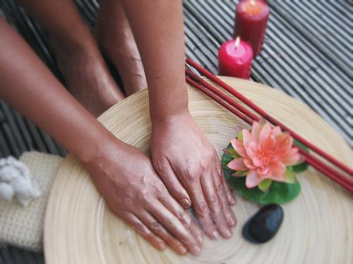 Hände im ayurvedischen Pflegebad